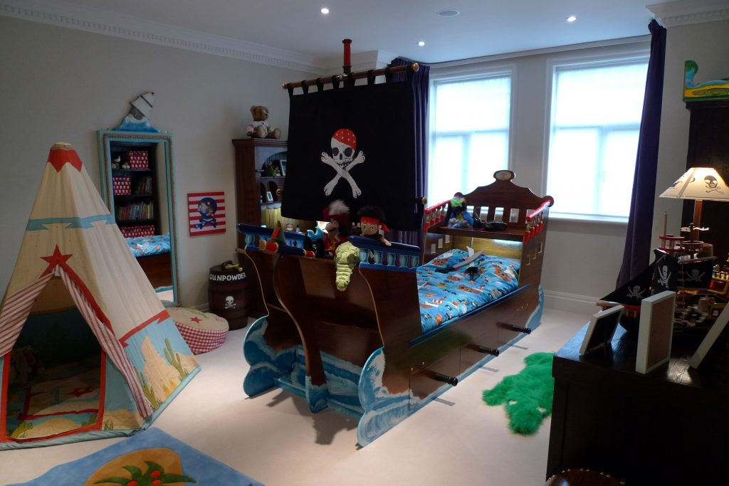 Pirate bed and decorated room (Children's pirate bedroom themed interior)